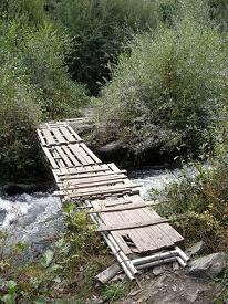 Ecologistas en Acción insiste en la necesidad de un paso seguro para cruzar el río Sil a la altura del barrio de la Estación (09/10/09).